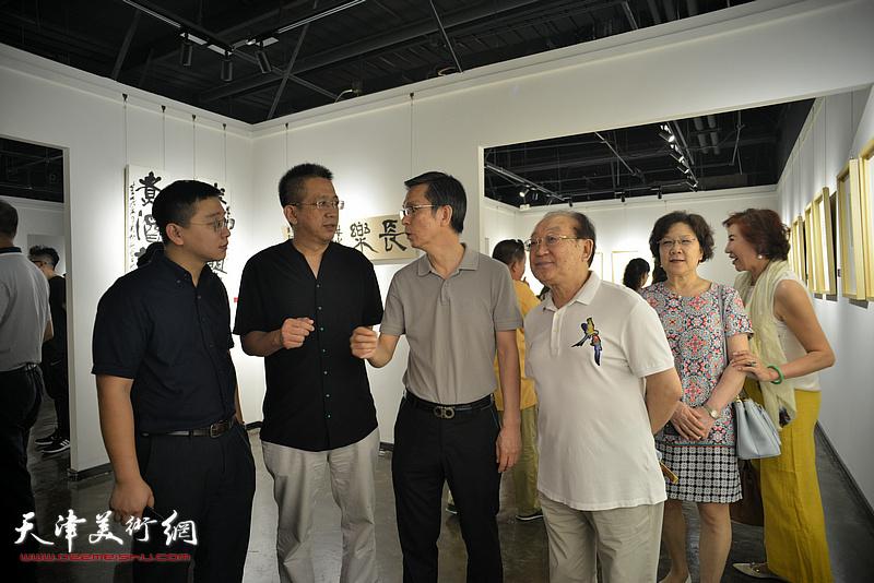 何家英与李毅峰、魏文亮、张耀在作品展现场。