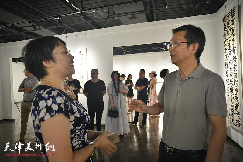 何家英与张玲在作品展现场。