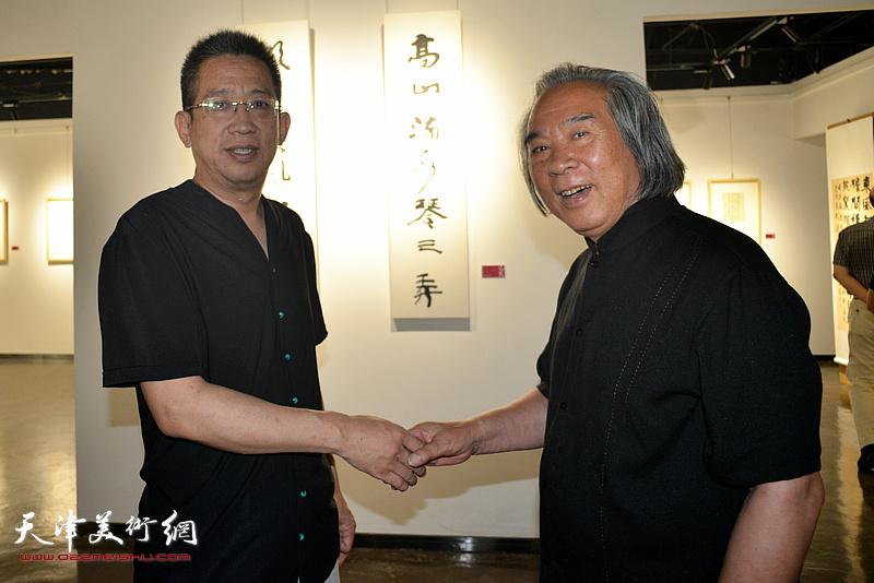 霍春阳与李毅峰在作品展现场。