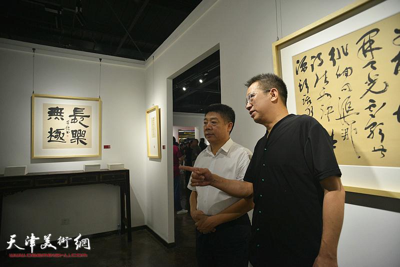 霍春阳与朱国惠在作品展现场。