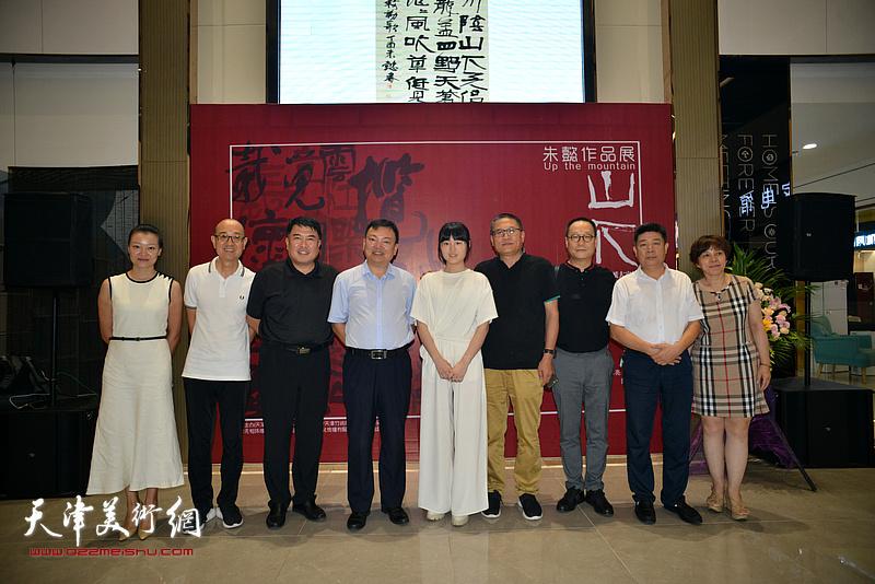 范权、马驰、赵长生、李岚、李大勇、张养峰、熊倩在作品展现场。