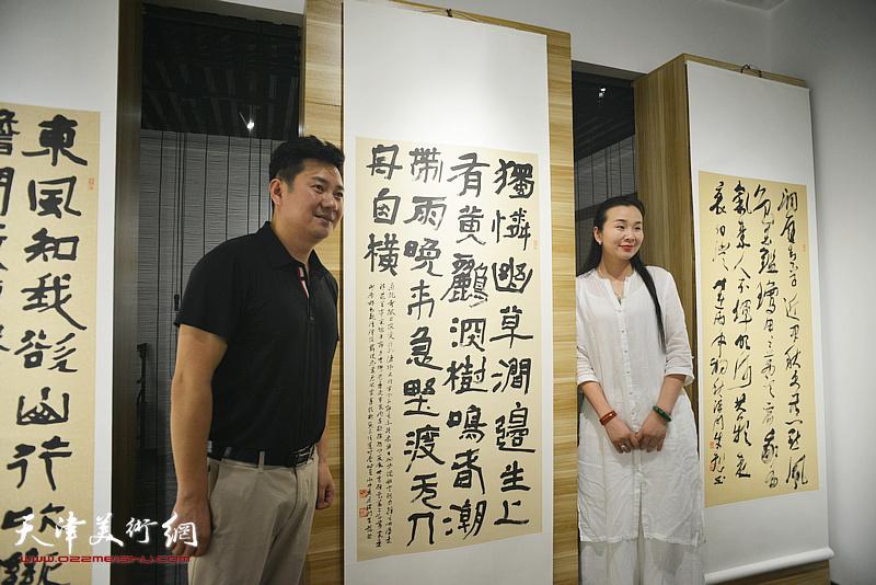 朱懿与观众在作品展现场。
