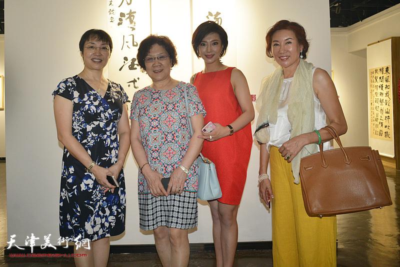 左起:张玲、刘婉华在作品展现场。