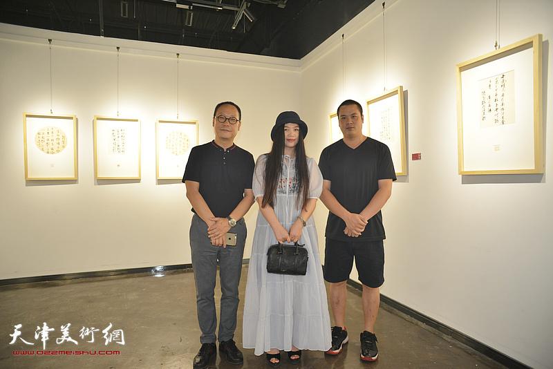 左起:赵长生、任乘鋈、姚丽彬在作品展现场。