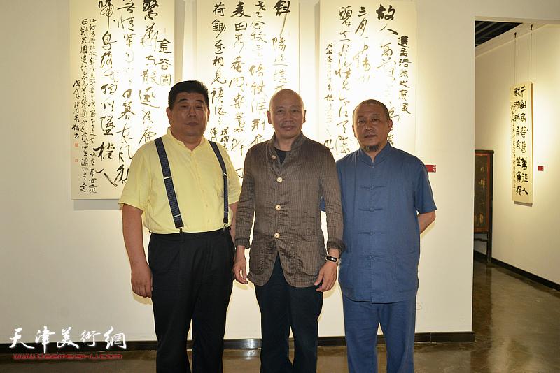 孟广禄、缪文杰、魏鸿达在作品展现场。