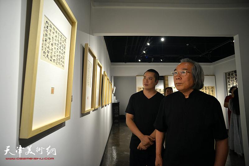霍春阳、姚丽彬观赏展出的作品。