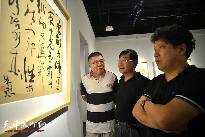 孙国胜、袁曾万观赏展出的作品。