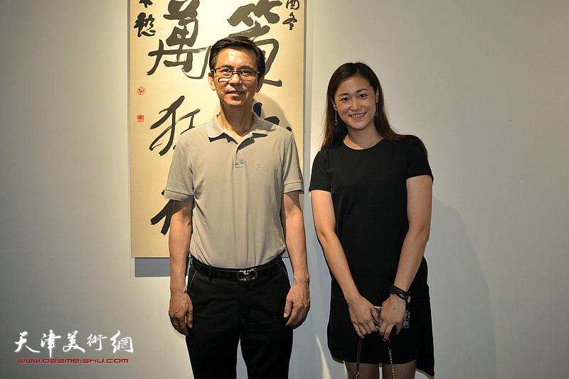 何家英与宋裕在作品展现场。