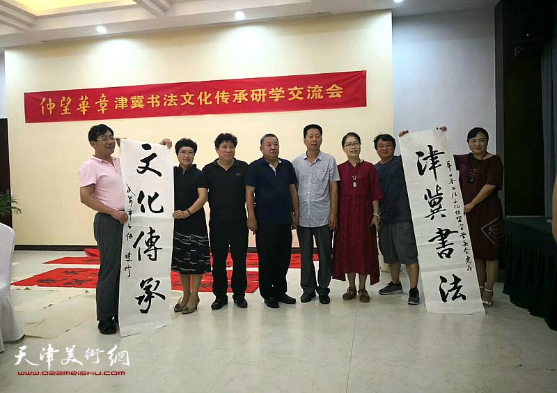 左起:袁增万、庞世慧、孙国胜、张同发、韩增富、杨玉兰、曹克成、袁梅在活动现场。