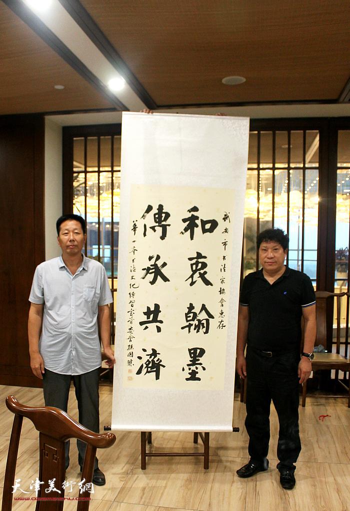 孙国胜与武安市书协主席韩增富在活动现场。