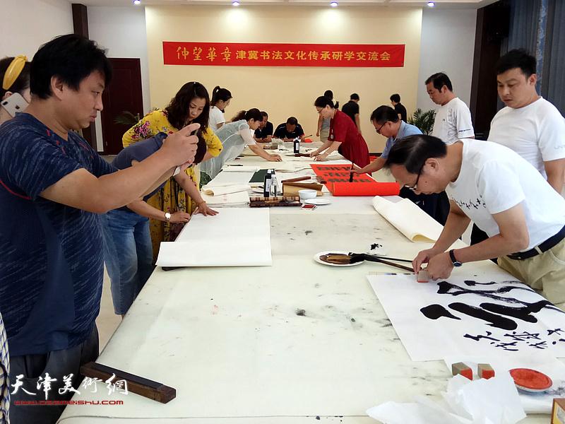 书法家鲁群在活动现场创作。