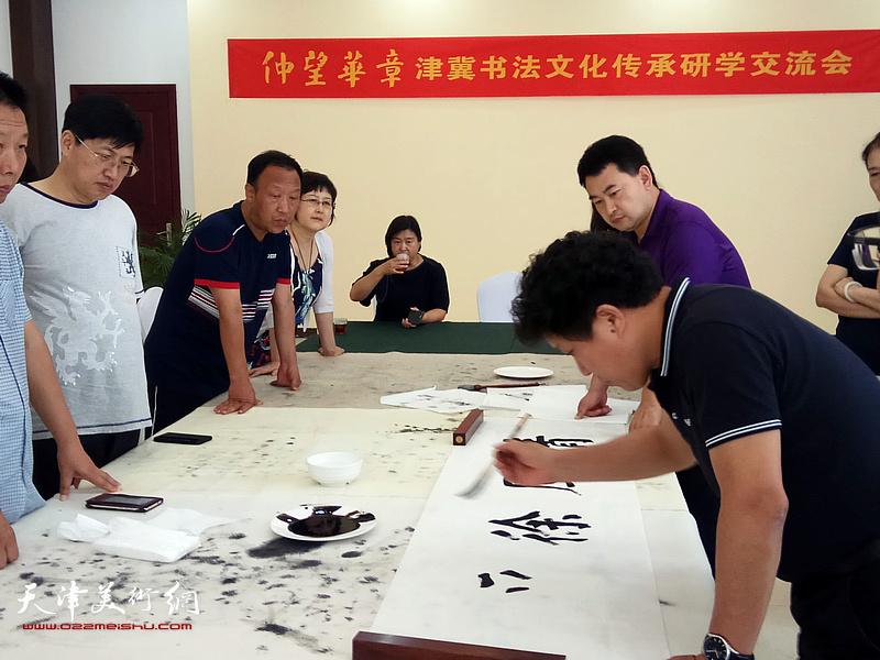 华世奎书法文化传习室管委会主任孙国胜在活动现场创作。