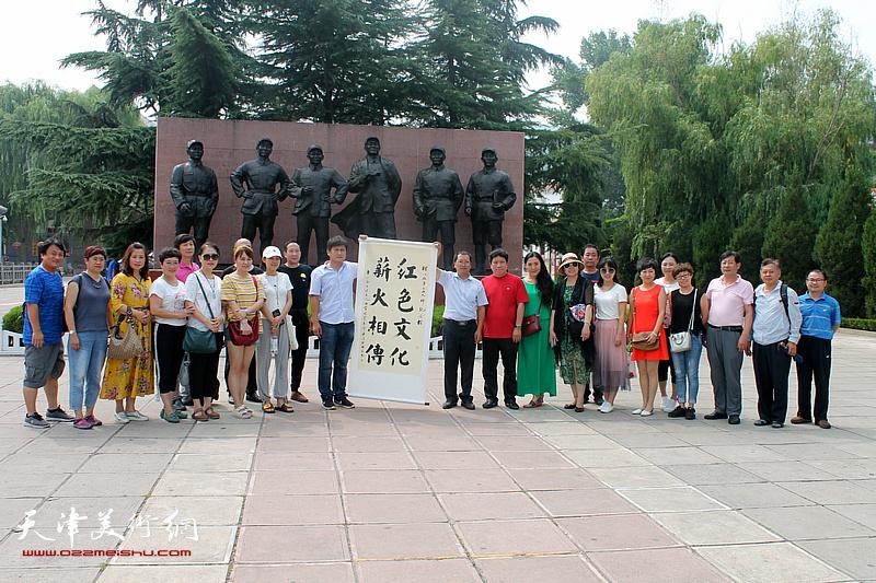 出席活动的津冀书法家在八路军一二九师纪念馆。