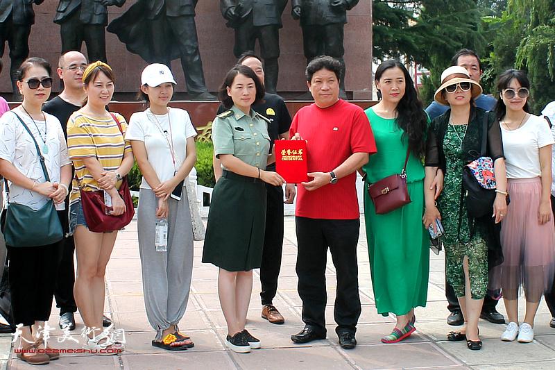 八路军一二九师纪念馆向孙国胜颁发作品收藏荣誉证书。