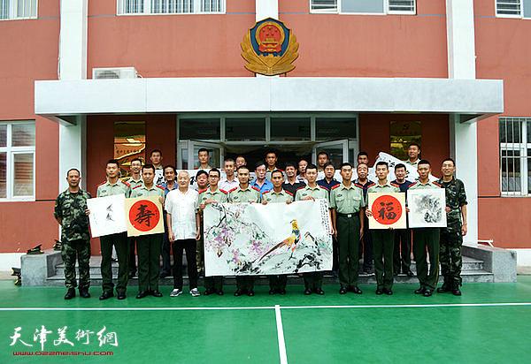 天津书画家到武警天津市政府警卫连队慰问子弟兵。