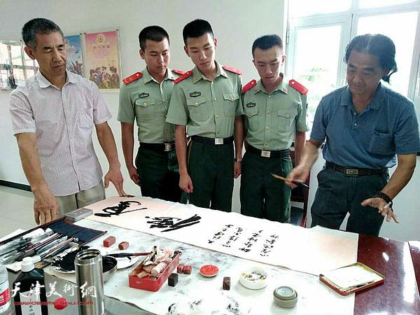 刘荣生、谢福顺在慰问现场创作。