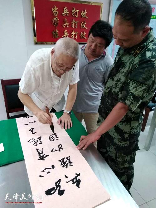 郭志斌在慰问现场创作。
