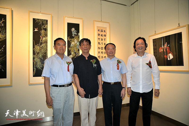 左起:孙辅智、李尔山、谢建华、韩必省在画展现场。