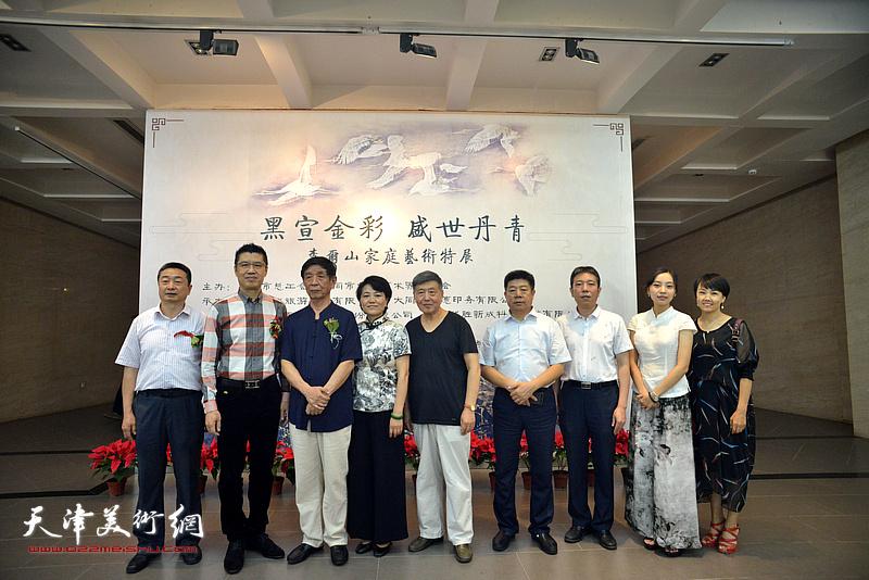 左起:王雁翔、程亚杰、李尔山、刘艾珍、刘学仁、张养峰、樊菁、李兮、来宾在画展现场。