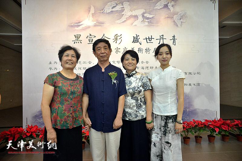 左起:李云平、李尔山、刘艾珍、李兮在画展现场