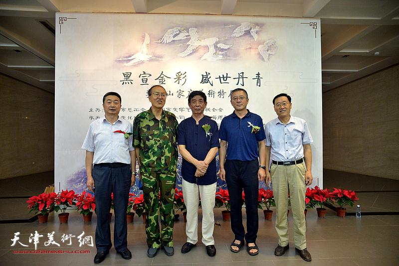 左起:王雁翔、齐凤翔、李尔山、刘学峰、郭允忠在画展现场