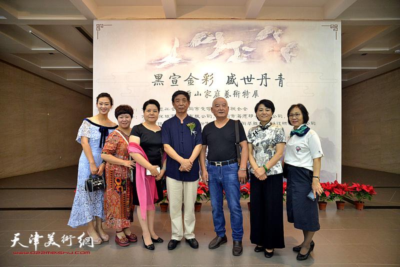 李尔山、刘艾珍、邢和利、李淑香与来宾在画展现场