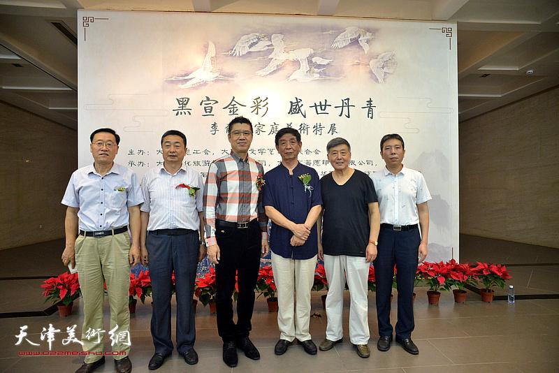 左起:郭允忠、王雁翔、程亚杰、李尔山、刘学仁、樊菁在画展现场