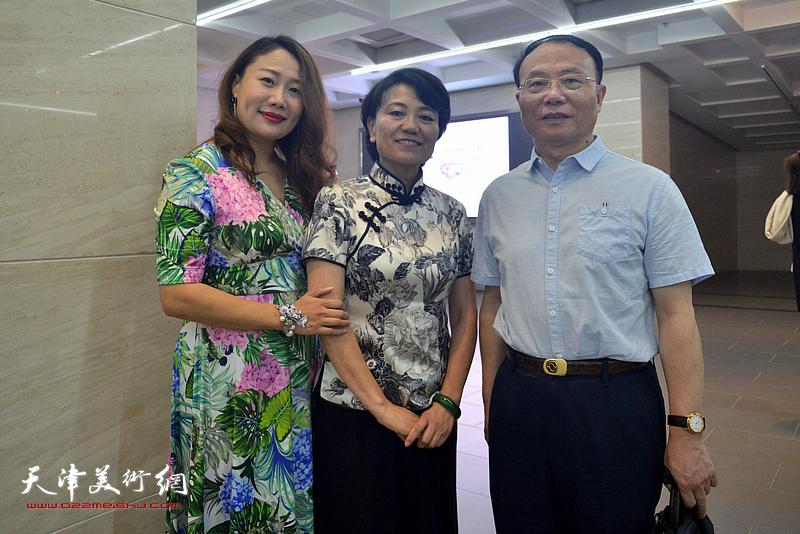 刘艾珍与谢建华、吴若瑜在画展现场。