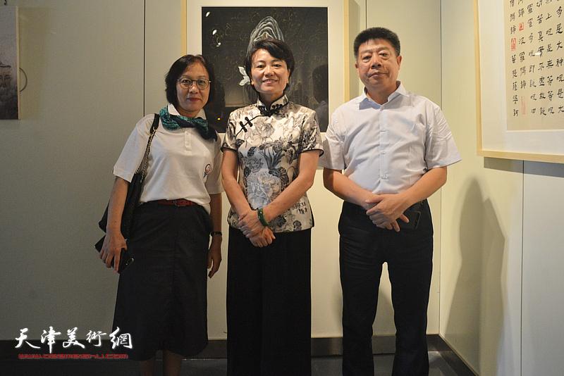 刘艾珍与李淑香、张养峰在画展现场。