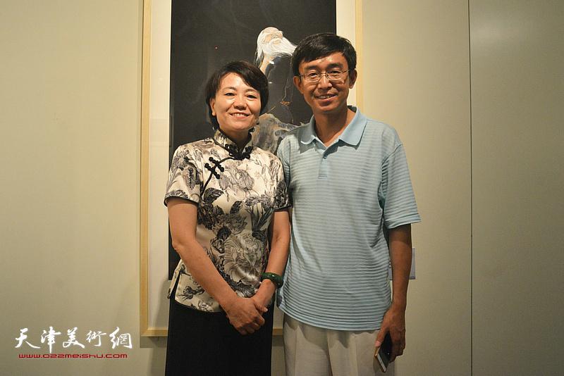 刘艾珍与韩府在画展现场。