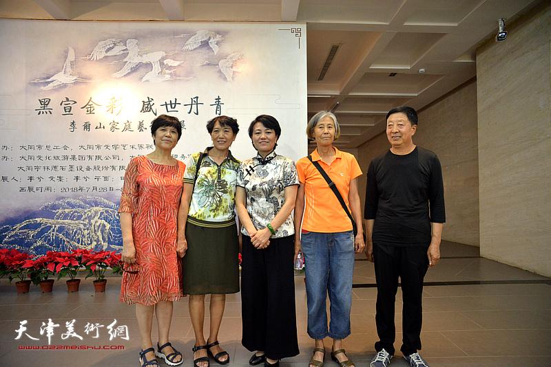 刘艾珍与来宾在画展现场。