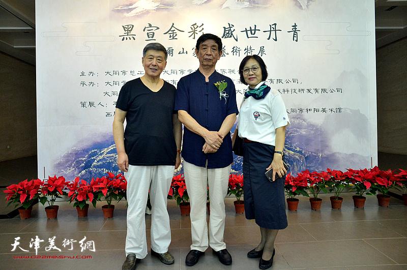 李尔山与刘学仁、李淑香在画展现场。