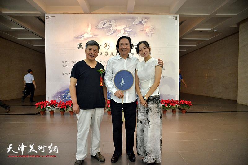 左起:刘学仁、韩必省、李兮在画展现场。