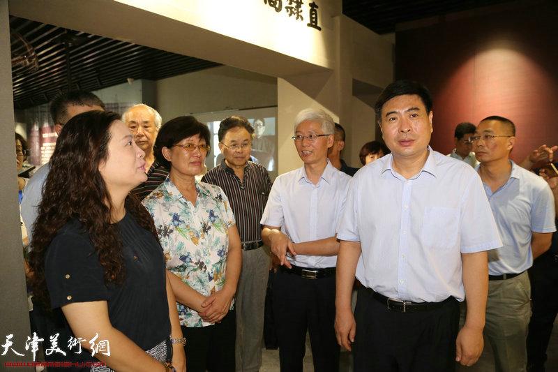 领导和嘉宾参观李叔同艺术教育馆