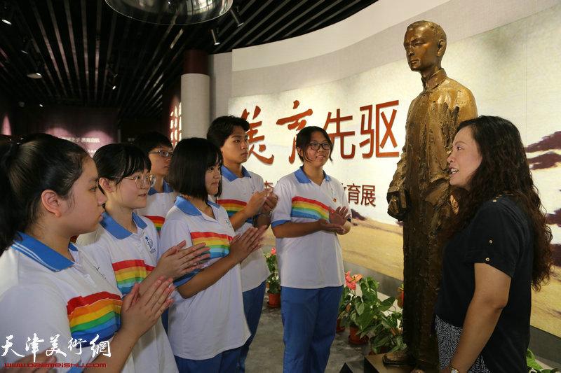 学校党总支书记赵霞向学生们讲解李叔同事迹