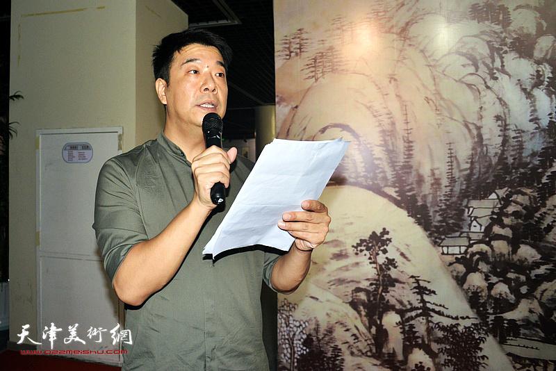 天津美术学院副教授王中谋主持画展开幕式。