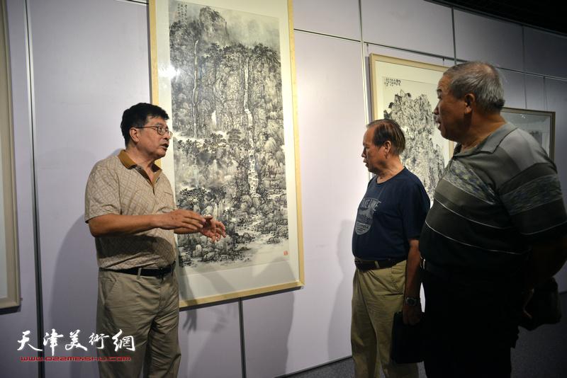 隋家祐向来宾介绍展出的画作。