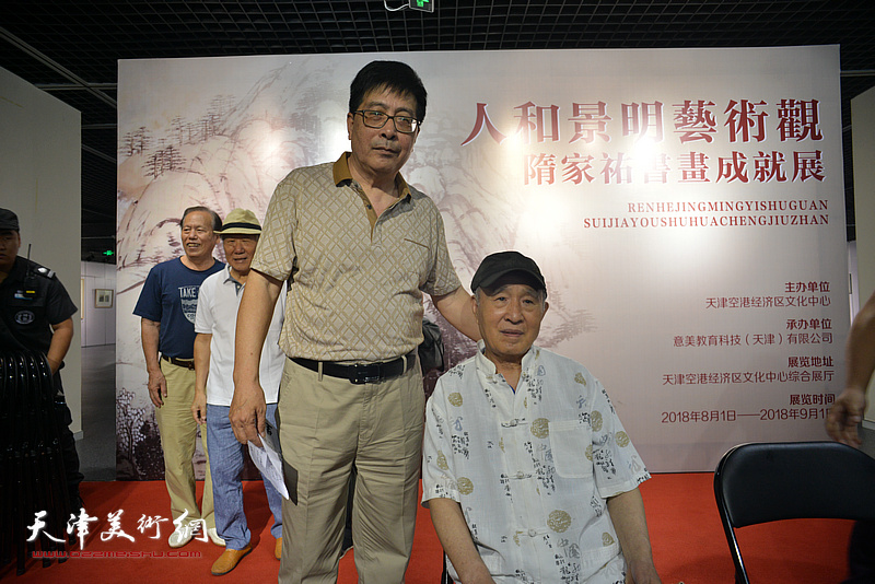 隋家祐与孙贵璞在画展现场。