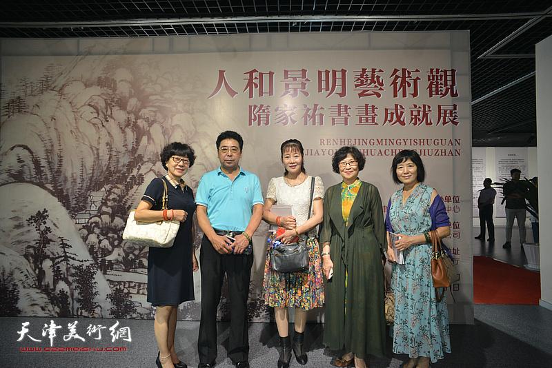 隋家�v与刘锦华等来宾在画展现场。