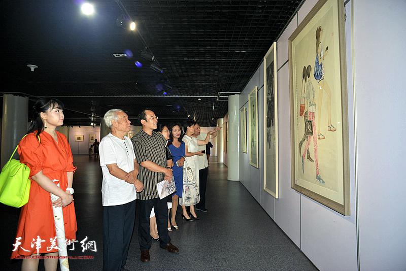 纪振民、卞昭宏等观赏展出的作品。
