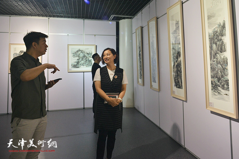 王中谋、李欢观赏展出的作品。