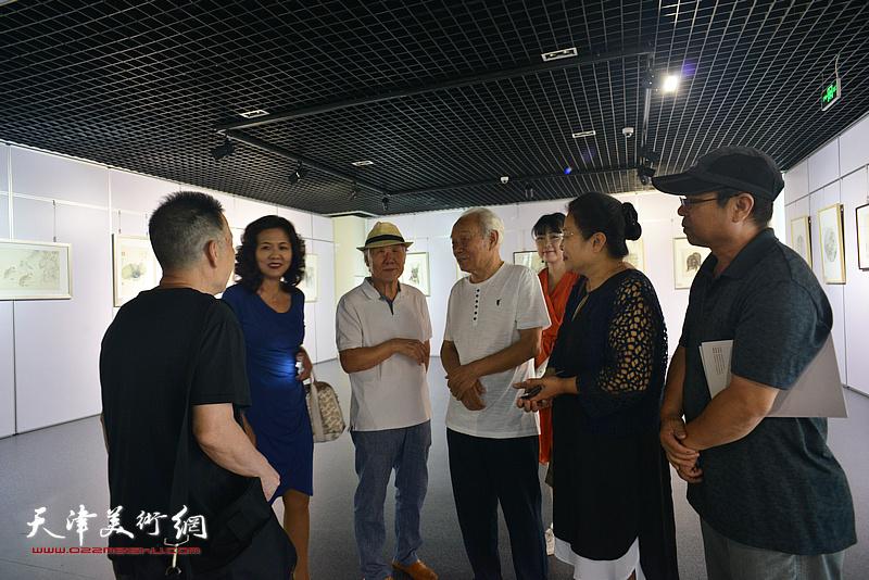 二ji与画家们在现场交流。