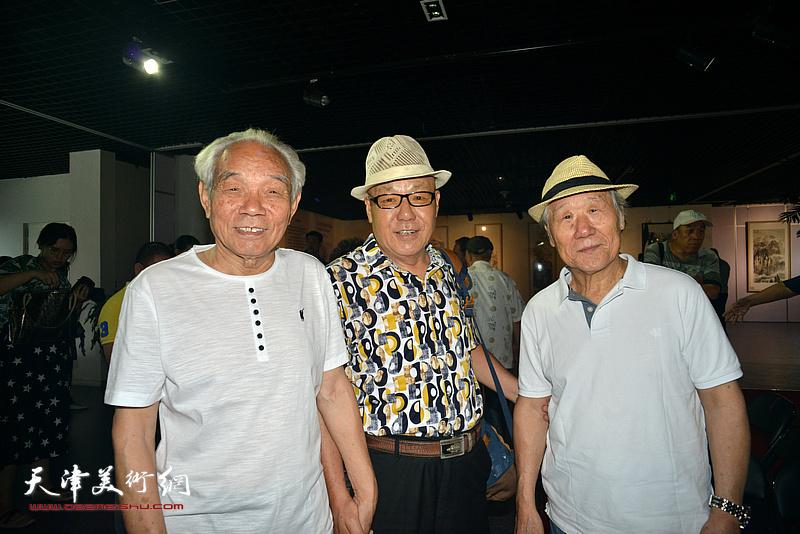 左起:纪振民、刘凤棋、姬俊尧在画展现场。