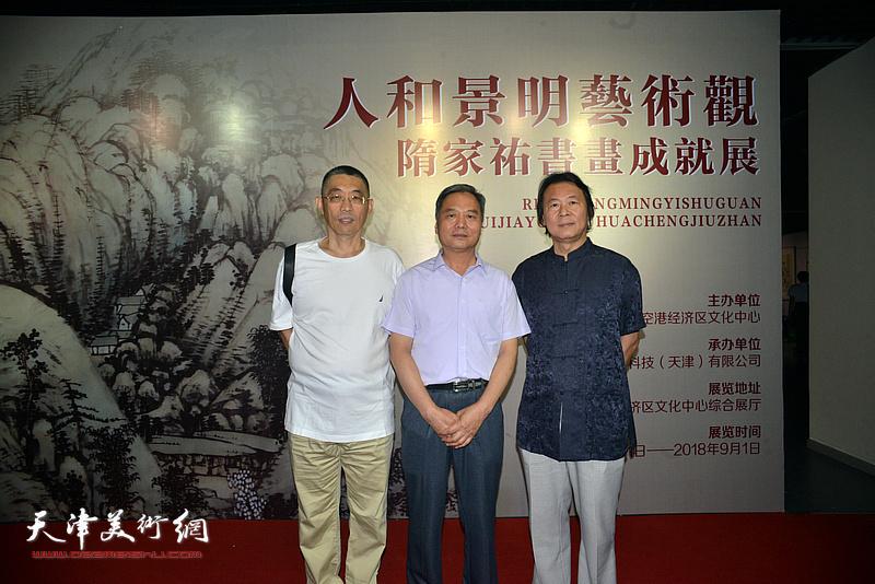 左起:梁学忠、邢立宏、杨跃泉在画展现场。