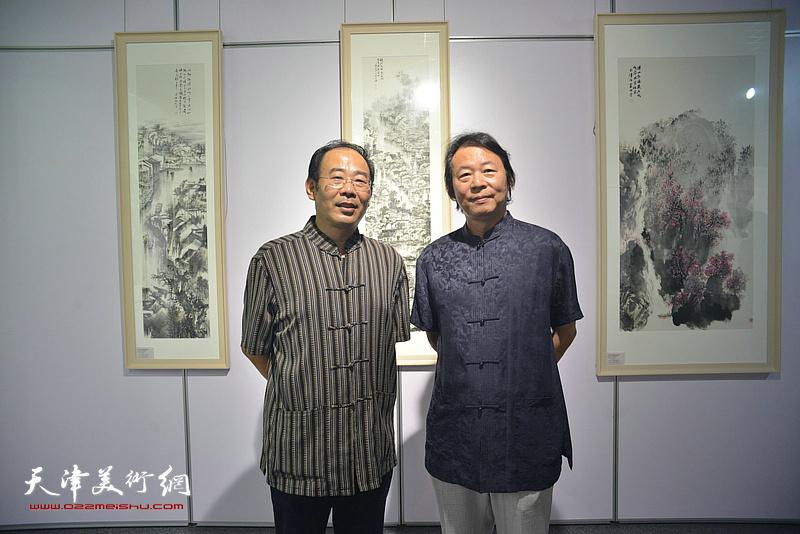 杨跃泉、卞昭宏在画展现场。