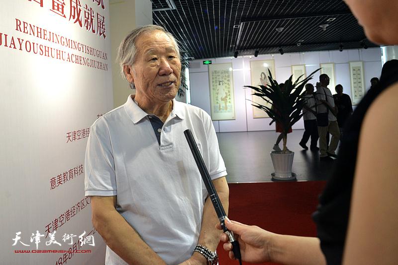 姬俊尧在画展现场接受媒体的采访。