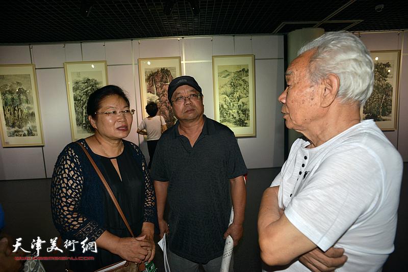 纪振民、张芝琴、辛孝申在现场交流。