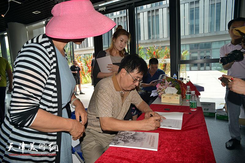 隋家祐在现场为观众签名留念。