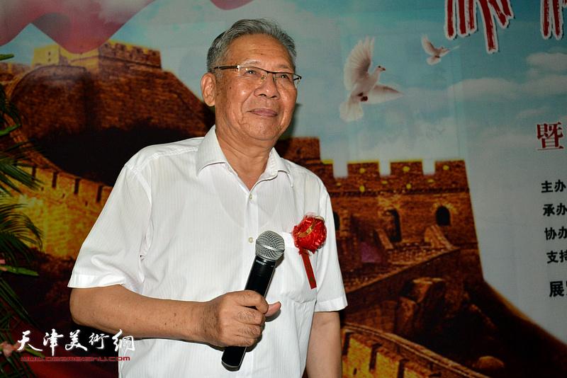 长城书画院执行院长赵玉森主持画展开幕式。