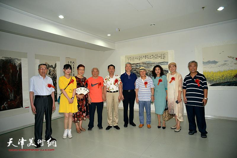 左起:曹剑英、刘禹君、王俊英、纪振民、郭福深、杨勇、姬俊尧、马树荣、武颖萍、王大奇在画展现场。